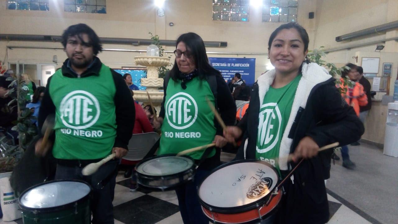 SAO   ATE logra la entrega de indumentaria para los municipales de San Antonio Oeste