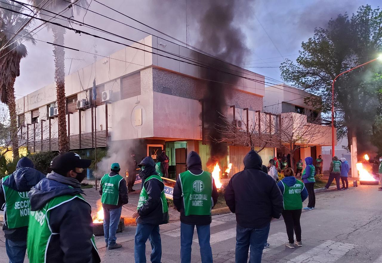 URGENTE | Ahora ATE también bloquea el edificio municipal en Campo Grande